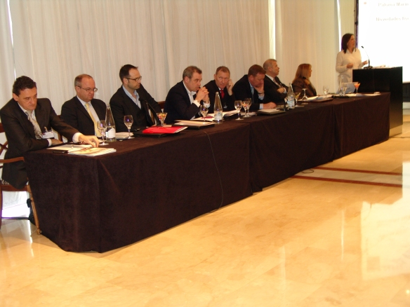 Mesa de ponentes: De inquiera a derecha: Ovidio Zapico (RCI), Chirs Sheldon (Interval International),  Ian Goodard(Richvale Ltd.), John Baker (Money for Leisure Ltd.), Julian Nutley (Shawbrook Bank), Philip Broomhead (FNTC), Paloma Marín (Soluciones Legales Inegrales), Francisco J. Lizarza (Lizarza Abogados) y Lisa Migani (FNTC