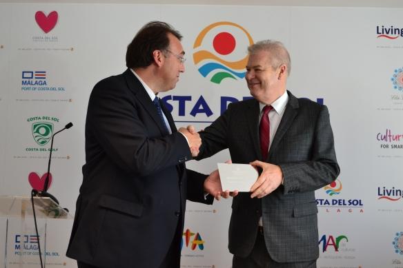 El Genrente del Patronato de Turismo de la Costa del Sol entrega placa conmemorativa a Sr.  Lizarza de la aceptación de socio de ROD-España como miembro del Patronato